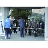 特定公衆電話を利用する被災者たち(東日本大震災)